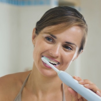 brushing teeth with electric toothbrush